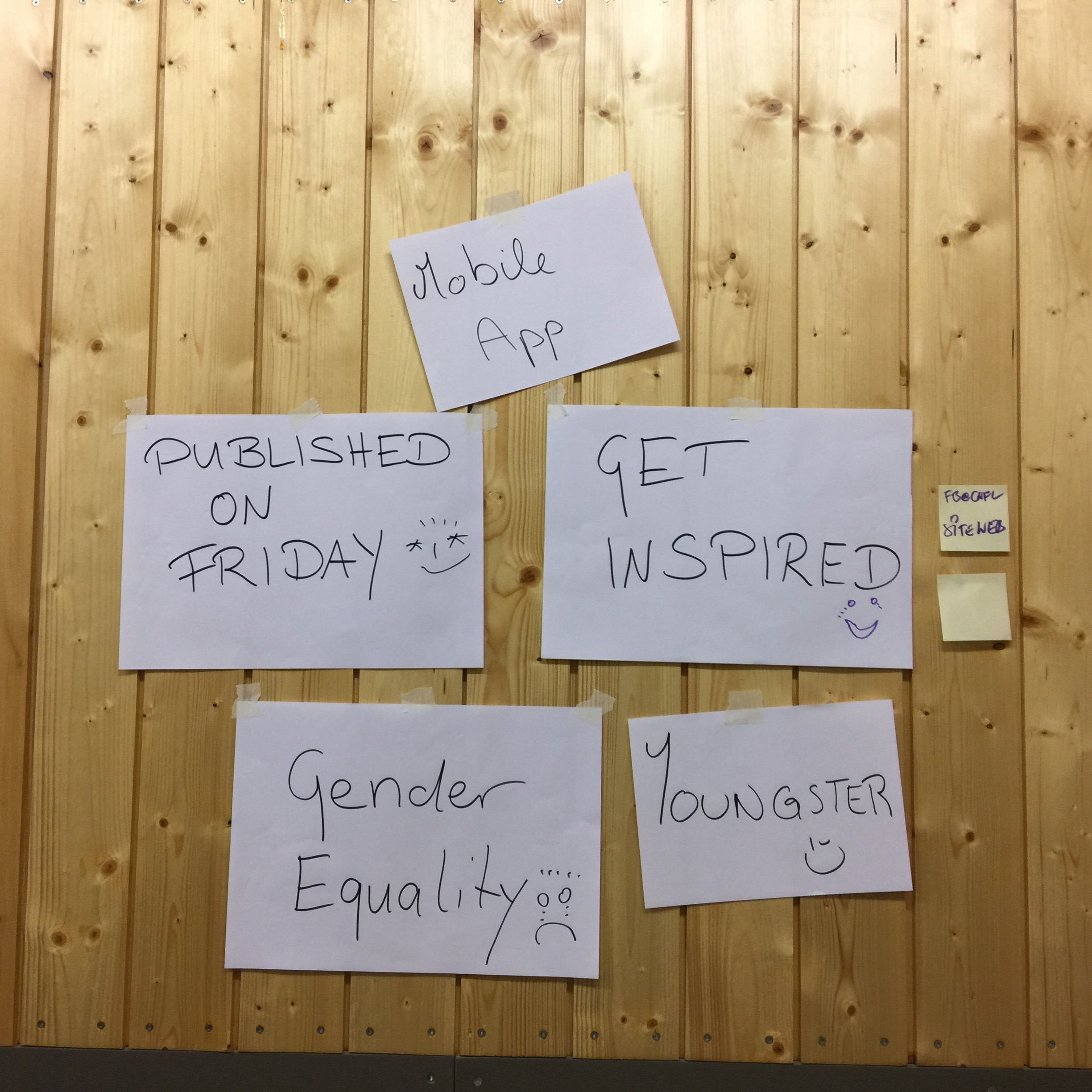 Image of post-its stuck to the wall, showing the project's main guidelines.